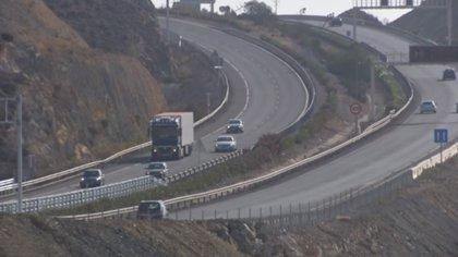 Herida una conductora tras chocar y saltar al carril contrario en la A-7 en Almería
