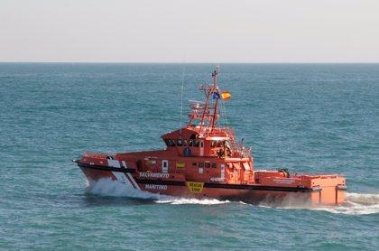 Rescatada una patera con 36 personas, entre ellas tres niños, próxima a la isla de Alborán