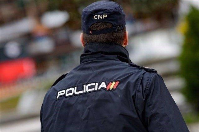 Policía nacional de espaldas