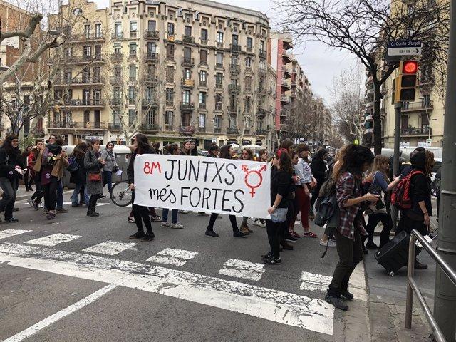 Manifestantes en el Eixample de Barcelona por la huelga feminista