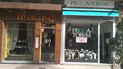 Pequeños comercios cierran en Oviedo en apoyo a la huelga, mientras las grandes cadenas abren con normalidad