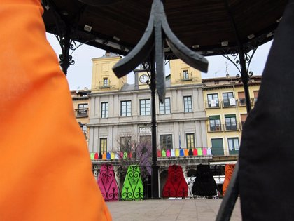 El balcón del Ayuntamiento de Segovia luce delantales en apoyo a las mujeres que trabajan en el hogar