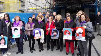 Manuela Carmena y concejalas de PSOE y Ahora Madrid apoyan en Cibeles concentración feminista por la igualdad real