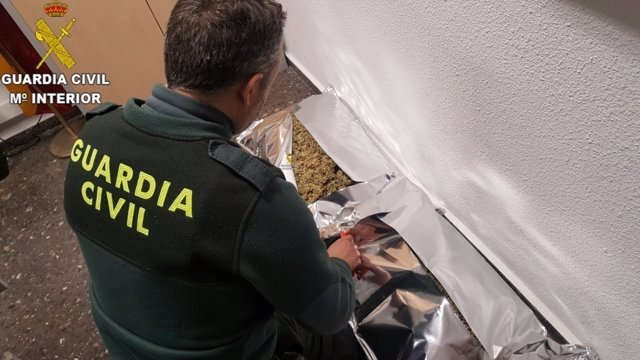 Guardia Civil con la droga intervenida