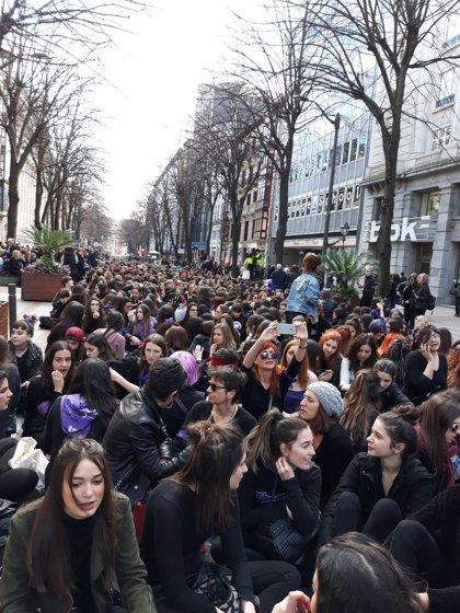 Miles de mujeres secundan en las tres capitales vascas las sentadas convocadas por el movimiento feminista