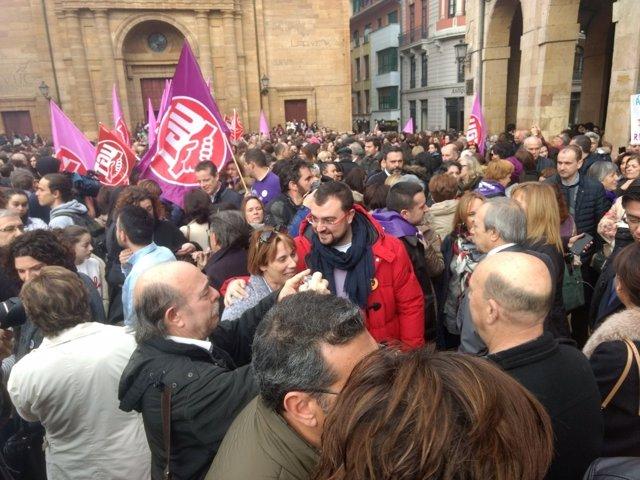 Adrián Barbón entre la multitud.