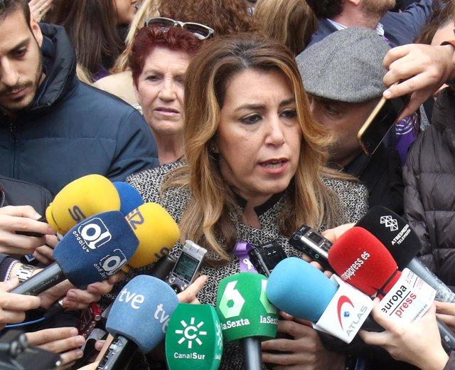 La presidenta de la Junta de Andalucía, Susana Díaz, atiende a los medios