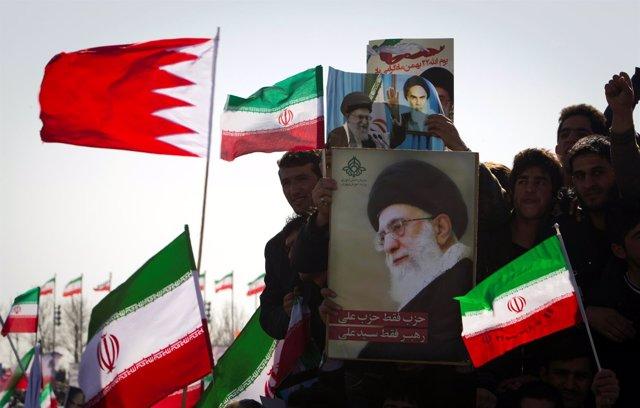 Cartel con la cara del ayatolá Alí Jamenei