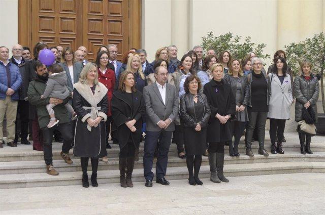 Lambán y las consejeras han posado con otros altos cargos en una foto de familia
