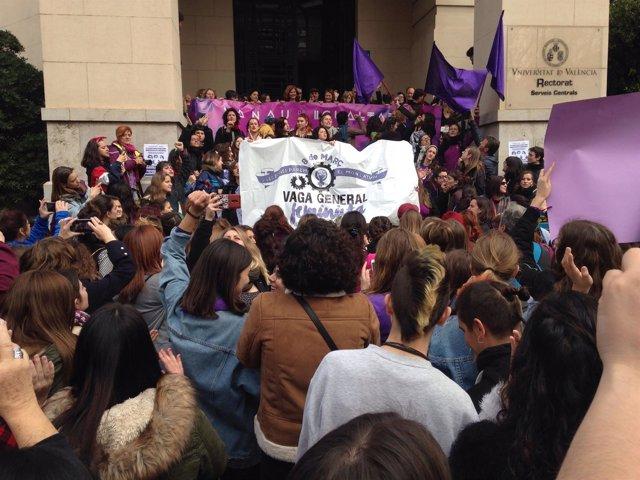 Concentración por el 8M ante el Rectirado de la Universitat de  València
