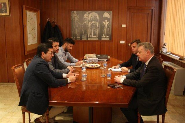 El subdelegado (dcha.) con los empresarios