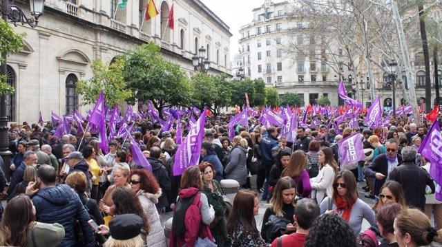 Participantes en la concentración sindical por el 8M en la Plaza Nueva