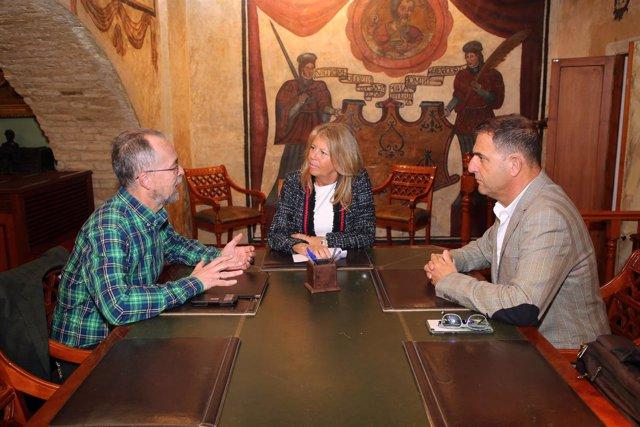 Ángeles Muñoz alcaldesa de Marbella con portavoces Basta Ya sanidad