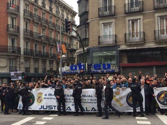 Protesta de policías y guardias civiles frente a la sede del PP