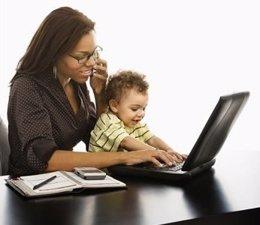 Mujer con un niño y un ordenador teletrabajo teletrabajador teletrabajadora