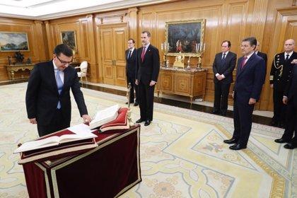 Román Escolano jura ante el Rey su cargo como nuevo ministro de Economía, Industria y Competitividad