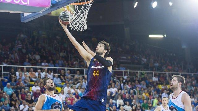 Ante Tomic anota una canasta en el FC Barcelona Lassa-Monbus Obradoiro