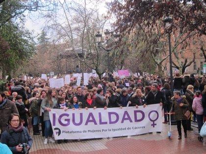 Cáceres se echa a la calle para clamar por la igualdad en la manifestación más multitudinaria que se recuerda