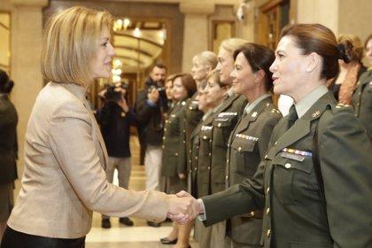 """Cospedal destaca por el 30 aniversario de las mujeres en el Ejército que """"todos los días"""" demuestran su capacidad"""