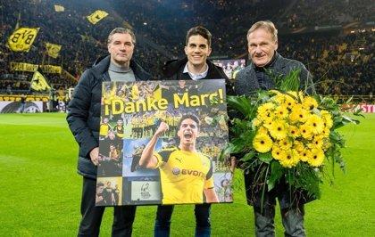Bartra ejerce de 'speaker' en el homenaje del Borussia Dortmund