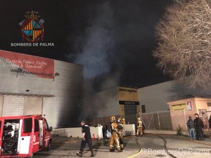 Los Bomberos extinguen un incendio en el almacén de Palma Jump en Son Valentí