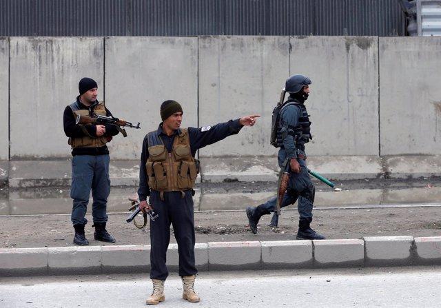Fuerzas de seguridad afganas cerca del lugar de un atentado suicida en Kabul