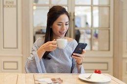 Una mujer usando un smartphone Handy