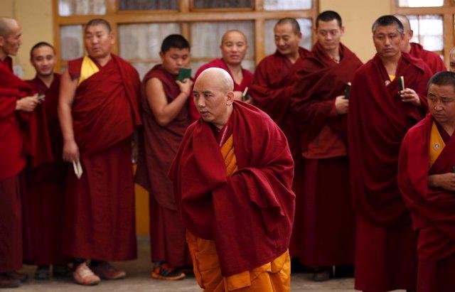 Foto de archivo de un grupo de monjes tibetanos