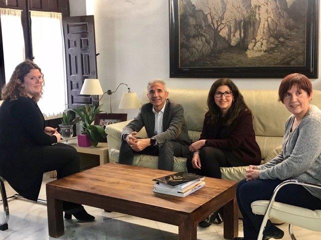 Teresa Valdenebro con el consejero de Cultura y la delegada reunión Acinipo