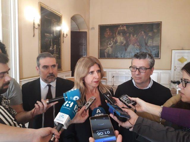 La portavoz socialista en Alicante, Eva Montesinos, en atención a los medios