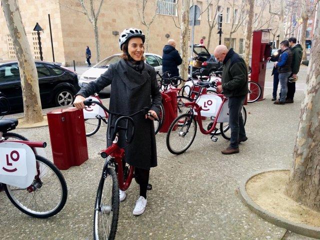Gamarra, junto a varios concejales, prueba el nuevo BiciLOG