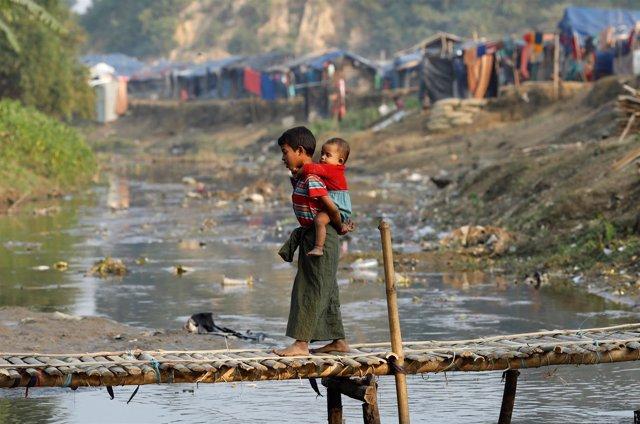 Niños rohingya refugiados en el campamento bangladeshí de Cox Bazar