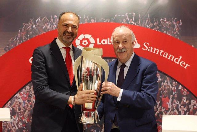 Vicente del Bosque, con la Copa de LaLiga Santander