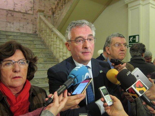 Olona, Broto y Celaya, atendiendo a los medios antes de presentar el plan