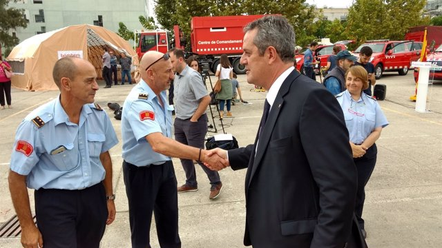 El conseller de Interior, Joaquim Forn, saludando a los Bomberos