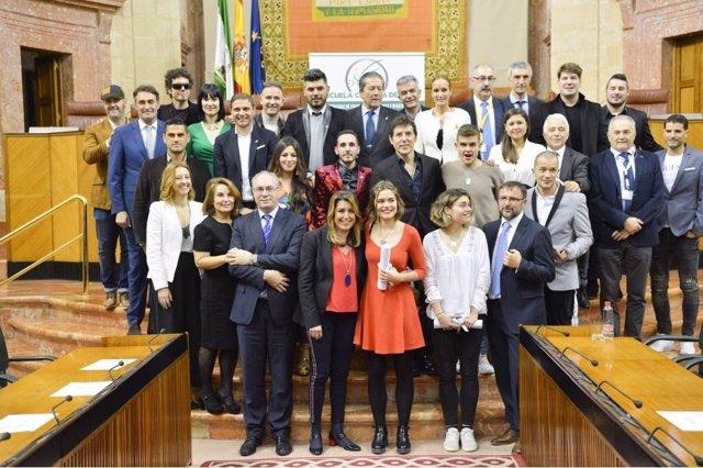 Susana Díaz y Juan Pablo Durán posan con los premiados
