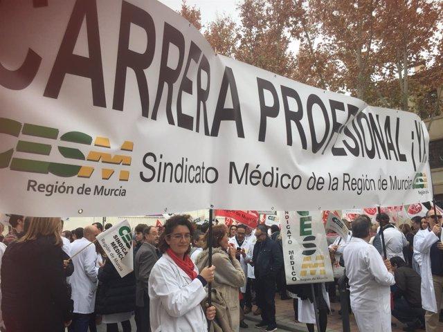 Cerca de 500 médicos se concentran frente al Palacio de San Esteban