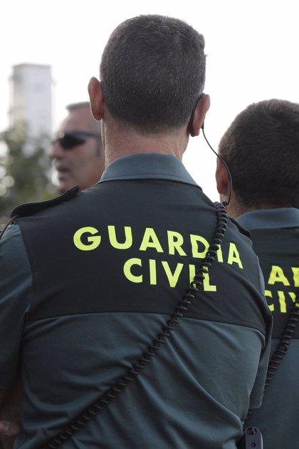Guardia Civil toma declaración a varias personas por intento de secuestro de un menor ante el colegio Logos en Las Rozas