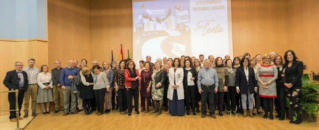 Foto de familia de jubilados del Área de Gestión Sanitaria Sur de Sevilla