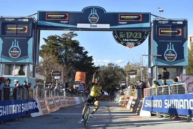Roglic celebra su victoria en la etapa