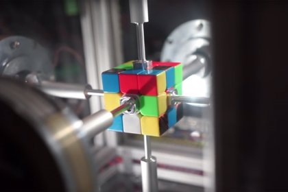VÍDEO Pulverizado el récord mundial de cubo de Rubik con un robot