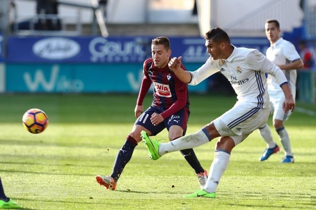 Casemiro da un pase ante Rubén Peña en el Eibar-Real Madrid
