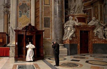 El Papa confiesa a varios fieles en la Basílica de San Pedro
