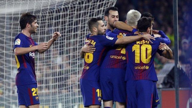 Sergi Roberto, Jordi Aalba, Busquets, Rakitic y Messi celebran con el Barcelona