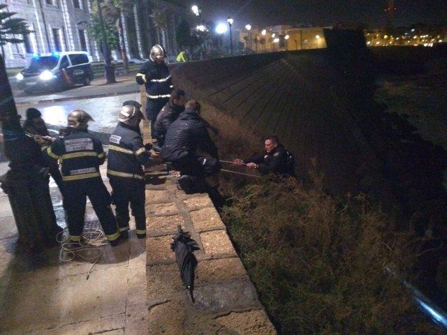 Bomberos rescatan a tres menores y a agentes de la Policía Nacional en Cádiz