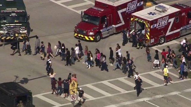 Estudiantes son evacuados del instituto Marjory Stoneman Douglas
