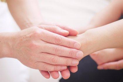 ¿Por qué coger de la mano puede aliviar el dolor?