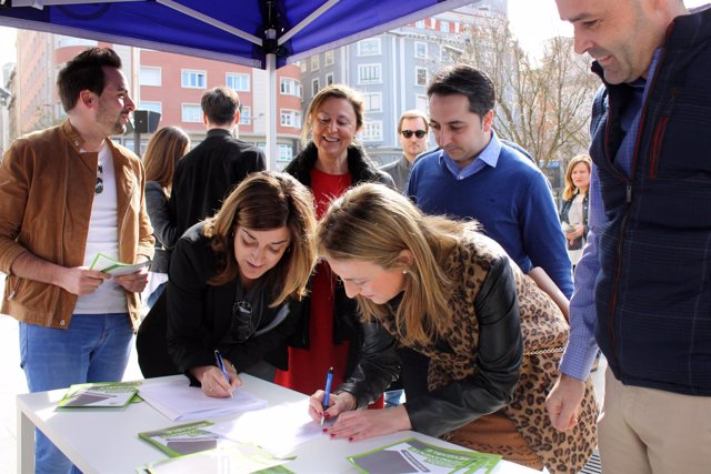 Buruaga y Fernández Hurlé en la campaña informativa de NNGG