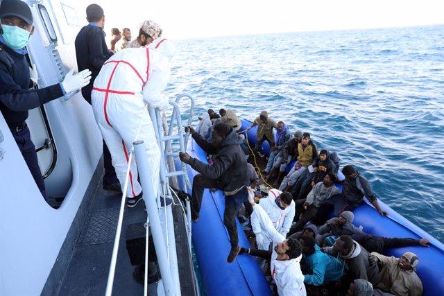 Migrantes rescatados por guardacostas libios frente a la costa de Garabulli