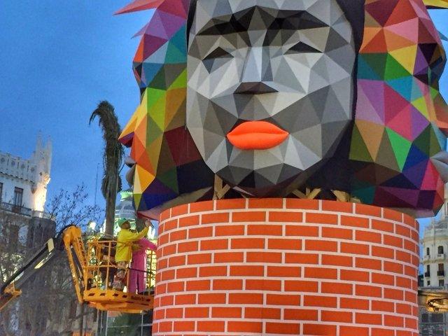 El artista Okuda pintando la Falla del Ayuntamiento